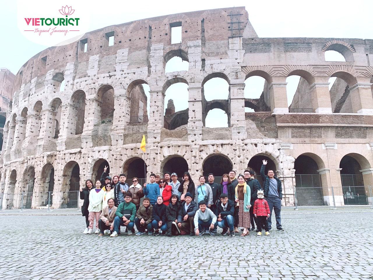 Hình khách hàng tham gia tour Châu Âu cùng Vietourist