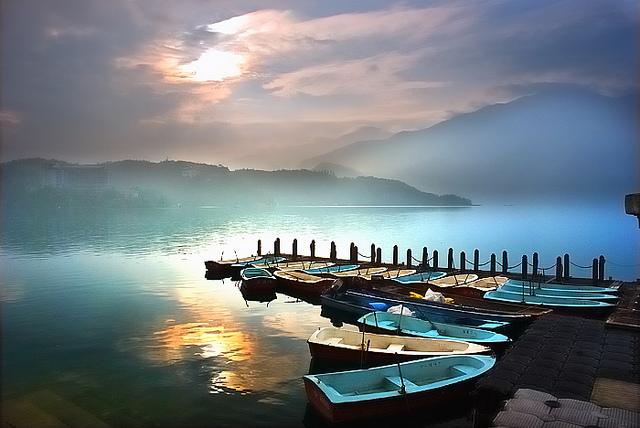 dạo thuyền tham quan Nhật Nguyệt Đàm