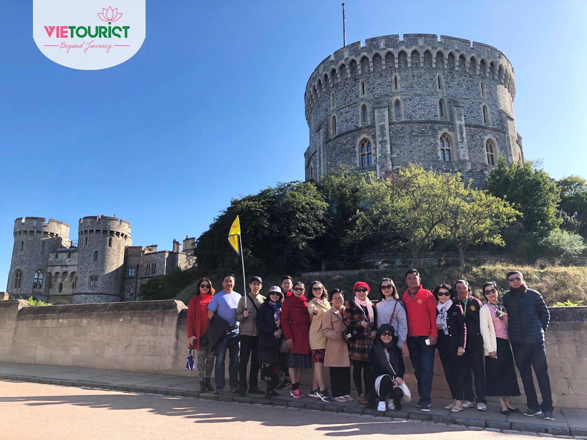 Khách hàng tham gia tour du lịch Anh cùng VieTourist