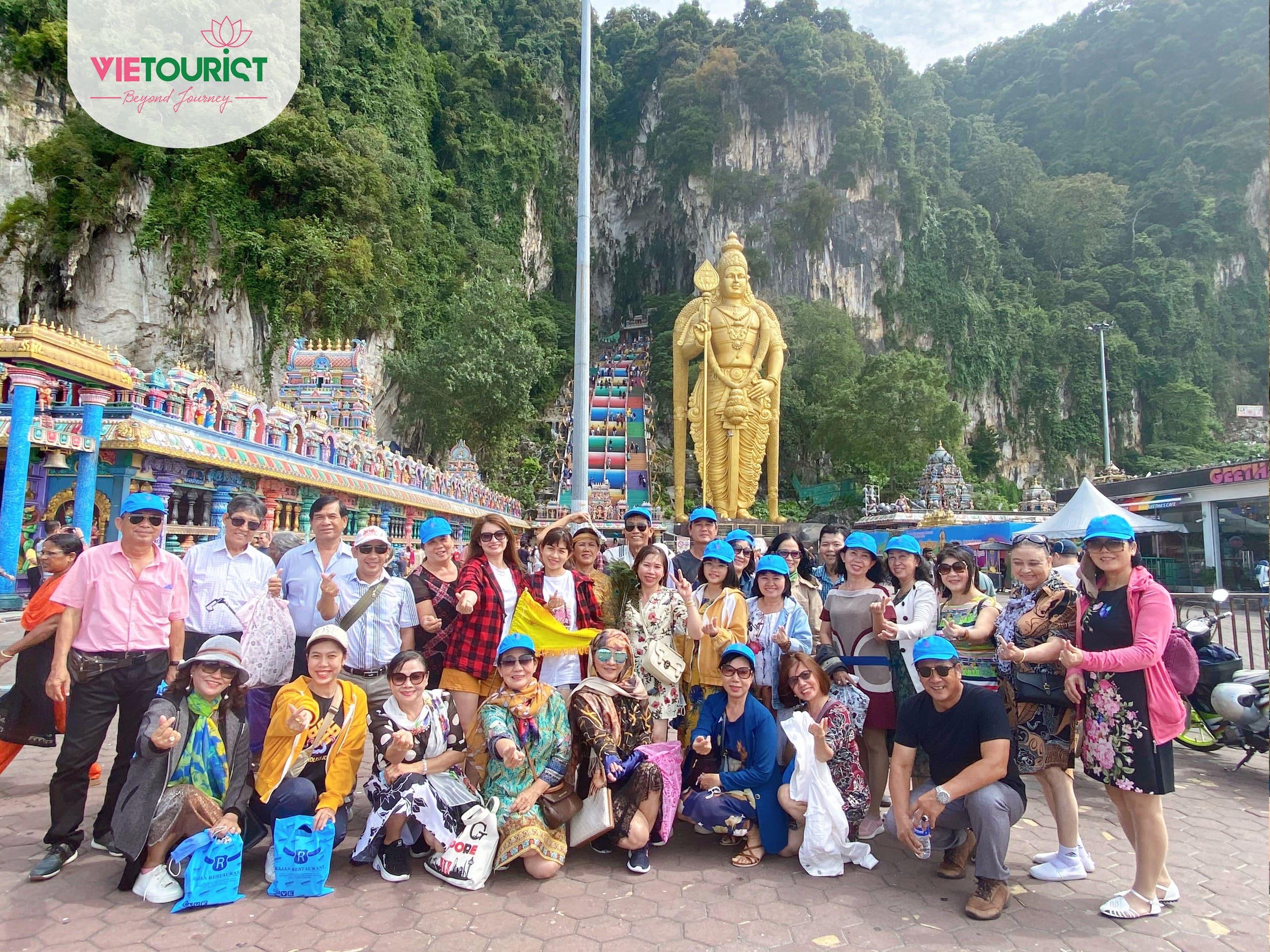 Khách hàng tham gia tour Singapore Malaysia cùng VieTourist