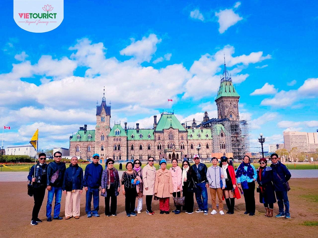 Du khách tham gia tour bờ đông canada tại Vietourist