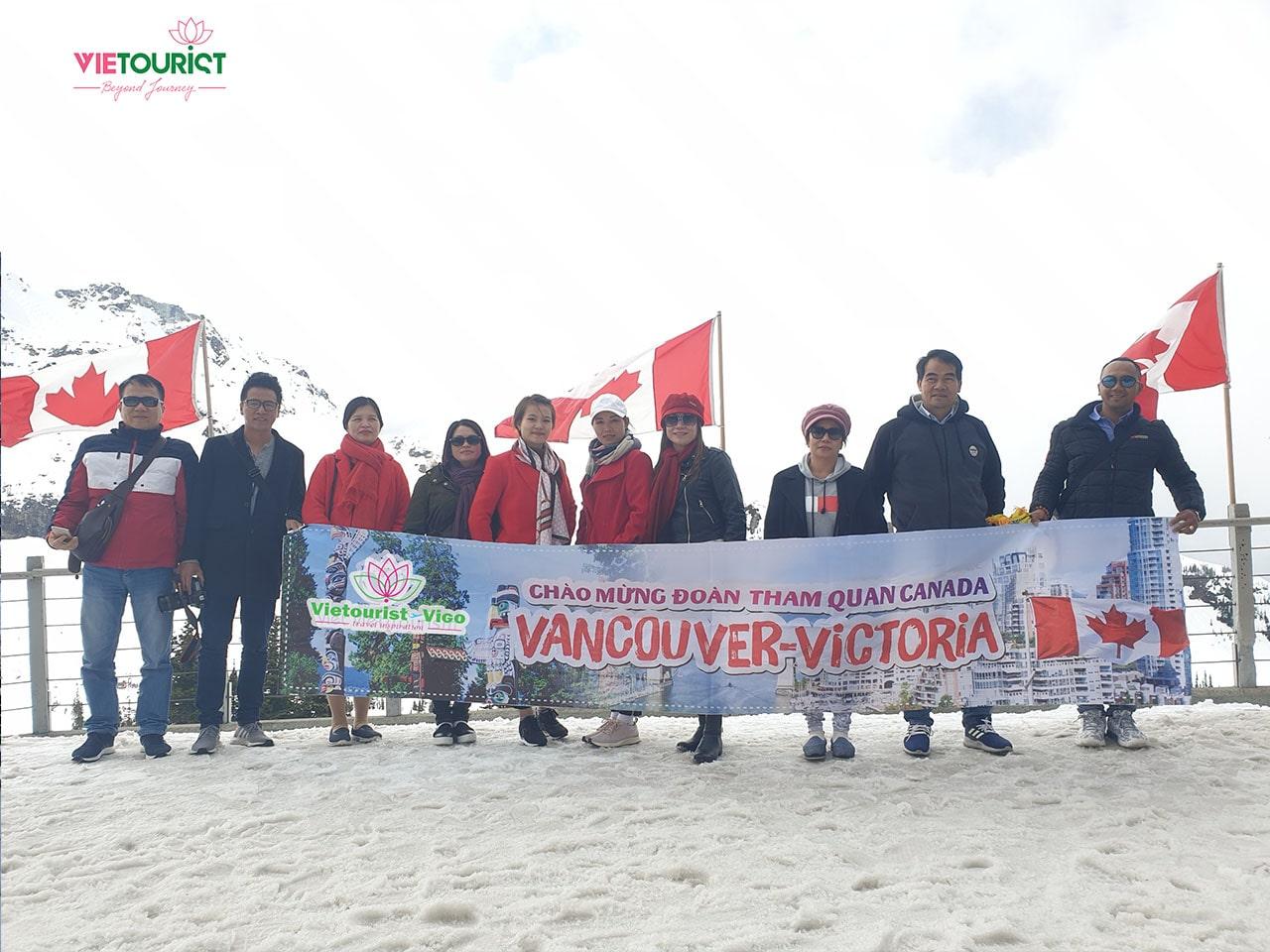 Du khách tham gia tour bờ tây canada tại Vietourist