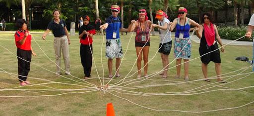 Việc kết hợp với các hoạt động team building giúp chuyến đi vui hơn